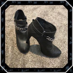 Low Cut Guess Boots sz. 8.5